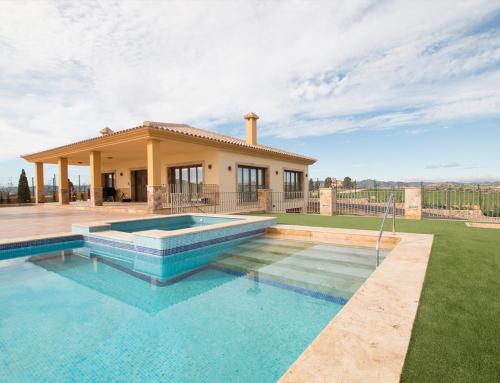 Proyecto coronación piscina travertino oro envejecido  y escalera interior piscina  travertino oro envejecido 3cm