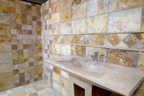 baño travertino oro envejecido formato 40x20x2cm.