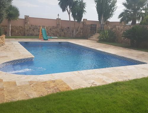 Proyecto coronación piscina travertino oro al corte y baldosa travertino oro al corte largo librex30x2cm