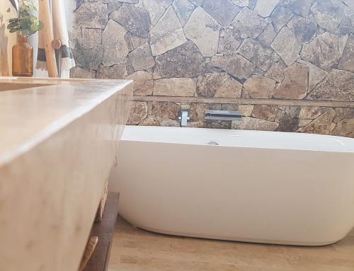 Baño travertino oro apomazado masilla y alero rústico