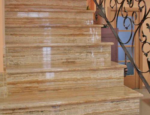 Escalera interior travertino amarillo pulido resina