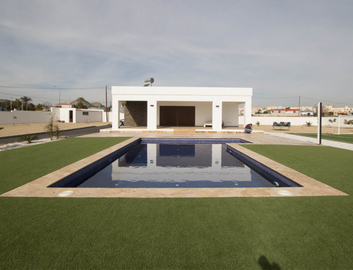 piscina en travertino oro envejecido y pavimento en baldosa travertino oiro envejecido